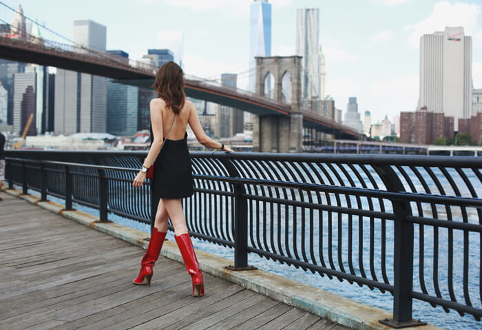 Fashion blogger and IT girl Andy Torres from StyleScrapbook with the Brooklyn Bridge in New York City